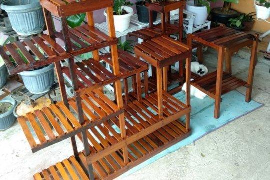 Mahasiswa Unja rintis usaha rak bunga dari sisa limbah kayu