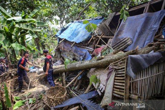 Angin puting beliung rusak ratusan rumah di Tangerang
