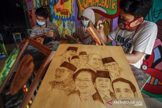 Seni lukis bakar dari limbah kayu dan kulit