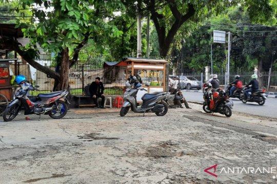 Meski pendapatan menipis, PKL di Pancoran tetap berjualan