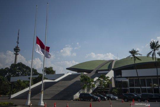 Bendera Merah Putih berkibar setengah tiang di Gedung Parlemen