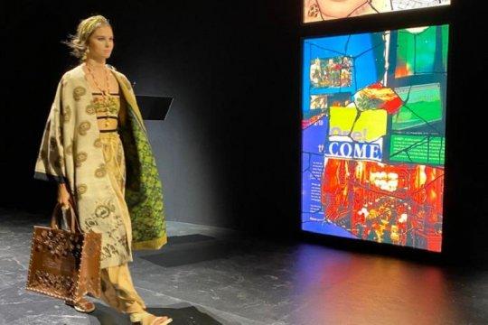 Kain Endek Bali warnai koleksi Christian Dior 2021
