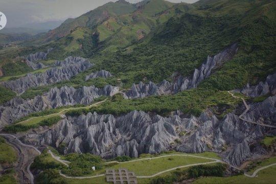 Menjelajahi uniknya hutan batu di objek wisata Taman Moshi, China
