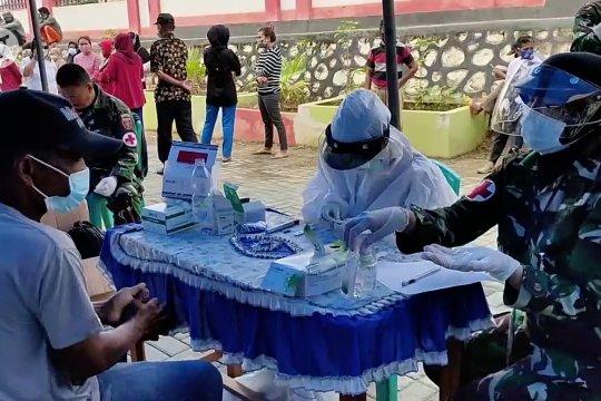 Kodim Kendari gelar tes cepat dan bagikan sembako untuk warga Konawe