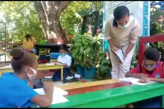 Tak punya gawai, siswa SMP di Jayapura belajar di sekolah
