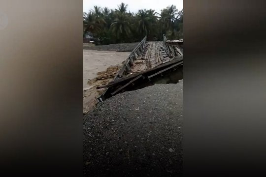 Jembatan alternatif di jalan Trans Provinsi, Donggala-Toli Toli terputus