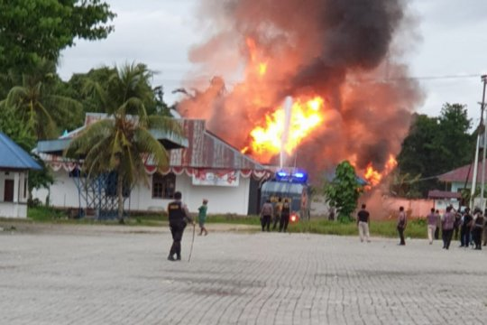 Ratusan warga bakar Kompleks Kantor Bupati Keerom