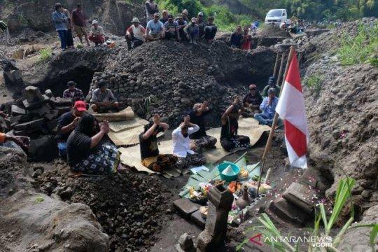 Warga lakukan ritual di lokasi temuan batuan candi hulu Sungai Belan