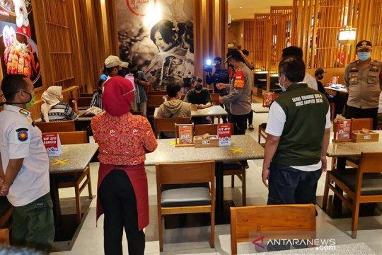 Pemkab Bekasi larang usaha kuliner layani makan di tempat