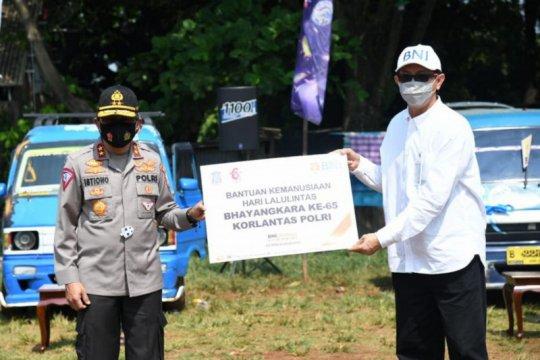 Korlantas bagikan 1.500 paket sembako ke sopir angkot di Cibinong