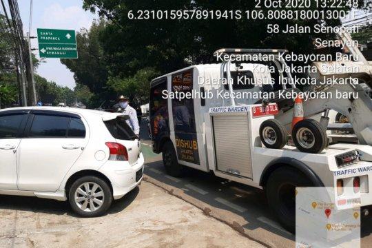 Sudinhub Jaksel derek 11 kendaraan parkir di jalur sepeda