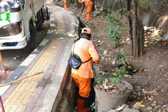 Antisipasi banjir 50 karung lumpur diangkut dari saluran air di Jaksel