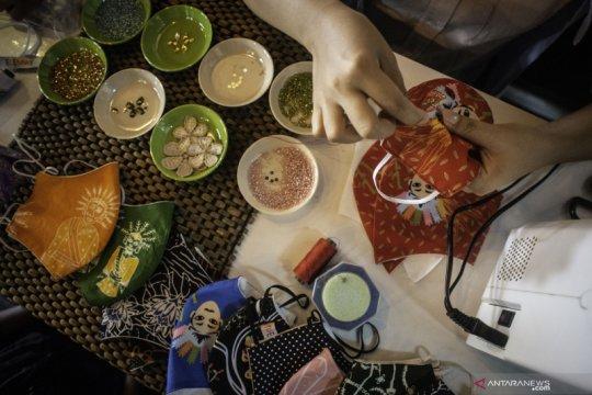 Produksi masker berbahan kain batik