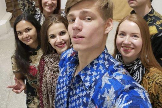 Pemuda Rusia ikut berbatik ria di Hari Batik Nasional