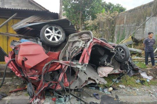 Empat orang tewas dalam kecelakaan mobil di Sleman