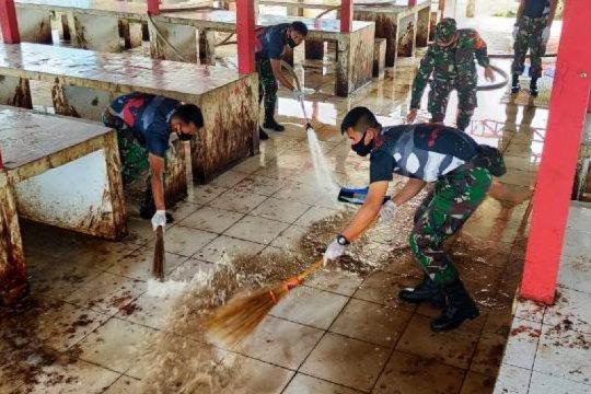Bersih lingkungan pasar di Paniai-Papua digelar TNI sambut HUT ke-75