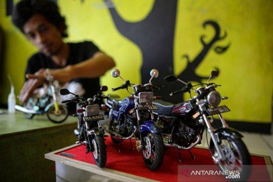 Perajin miniatur sepeda motor
