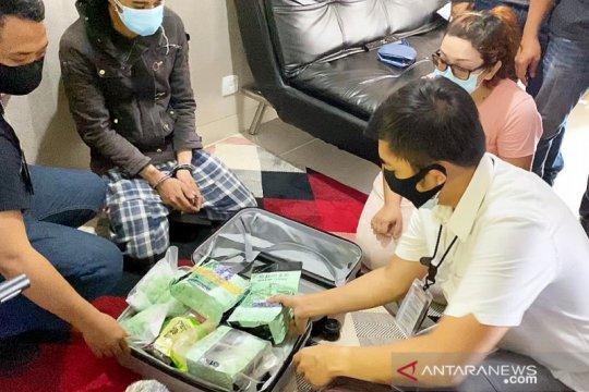 Polres Jakbar ungkap sekoper sabu dan ekstasi di apartemen di Cawang