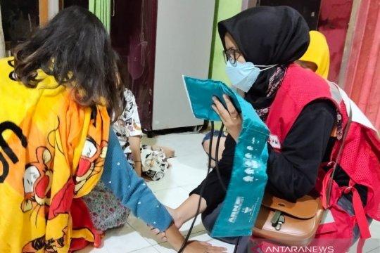 """PMI periksa kesehatan penyintas banjir Cianjur melalui """"door to door"""""""
