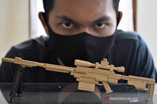Kerajinan miniatur senjata berbahan limbah kayu
