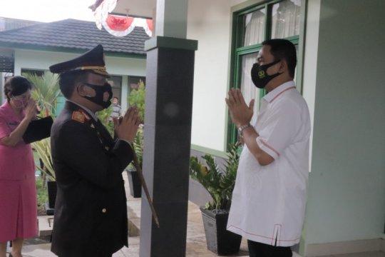 Kapolda Sulut berikan kejutan kepada Pangdam di HUT TNI