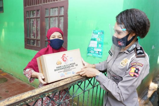 Peduli korban banjir, Korlantas beri bantuan warga sekitar Kali Krukut