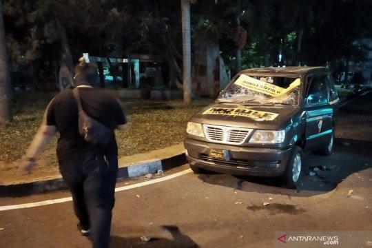 Pembubaran massa di DPRD Jabar diwarnai aksi perusakan mobil polisi