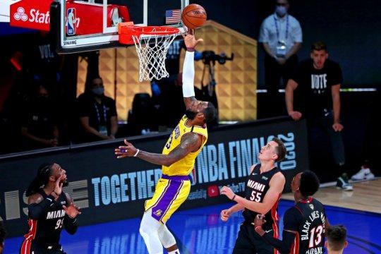 28 poin LeBron James membuat Lakers di ambang juara NBA
