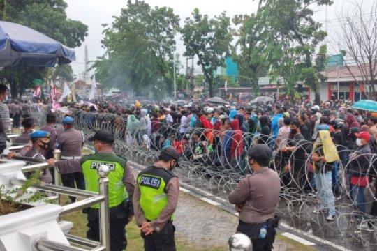 Ketua DPRD Sumbar sesali aksi pelemparan saat unjuk rasa Omnibus Law