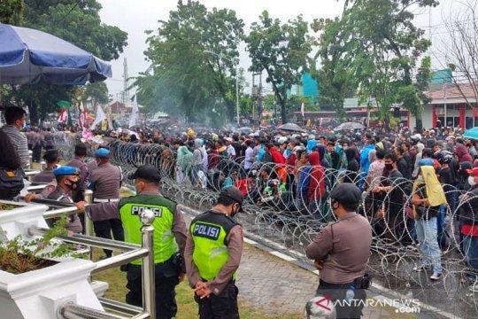 Aksi pelemparan botol warnai unjuk rasa di Kantor DPRD Sumbar