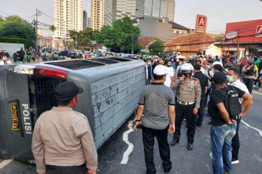 Mobil tahanan Polrestro Jakarta Pusat dirusak pengunjuk rasa