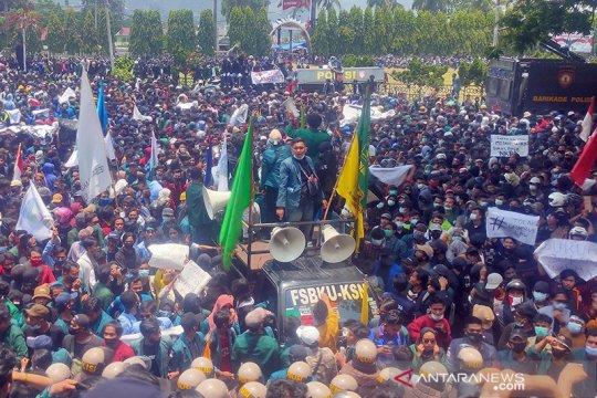 Aksi lempar batu warnai demo soal UU Cipta Kerja di Bandar Lampung