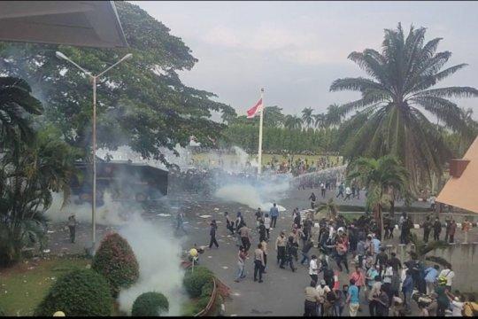 Aksi masa tolak Omnibus law di Lampung berakhir ricuh