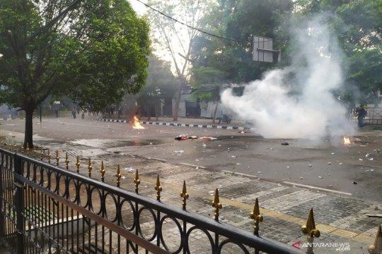 Aksi di Bandung kembali rusuh, Polisi semprot air-tembak gas air mata