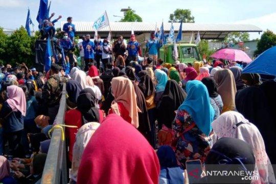 Ribuan buruh berunjukrasa di bawah pengawalan aparat kepolisian