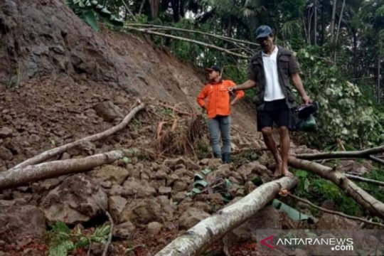 BPBD Cianjur masih berupaya membuka jalan tertutup longsor