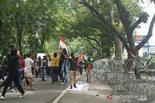 Aksi mahasiswa tolak UU Cipta Kerja di Medan berakhir ricuh