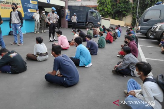 Polisi hadang truk berisi rombongan demonstran remaja di Jaktim