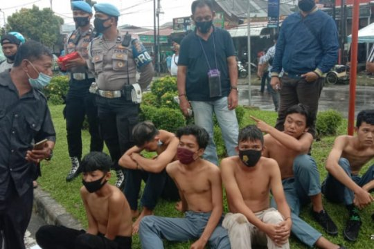 Polisi tangkap sejumlah pelajar dalam aksi unjuk rasa di DPRD Sumbar