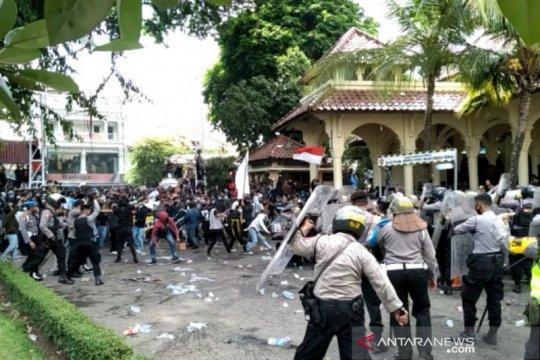 Aksi unjuk rasa tolak omnibus law di DPRD DIY ricuh