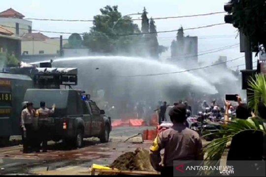 Polisi bubarkan pengunjuk rasa di Cirebon tak berizin