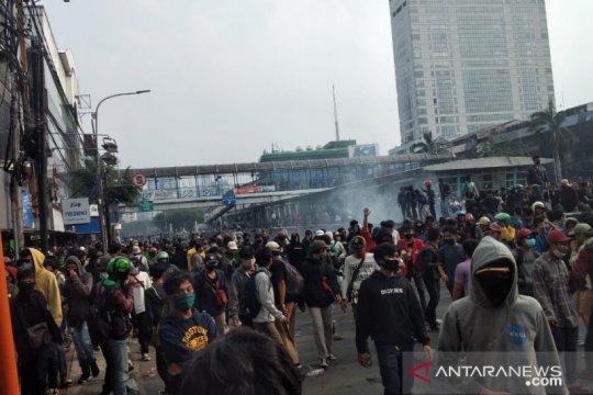 Ribuan pendemo kabur ke arah Jalan Gajah Mada
