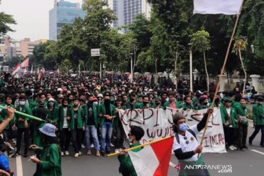 Massa demonstrasi UU Ciptaker dipukul mundur ke Medan Merdeka Selatan