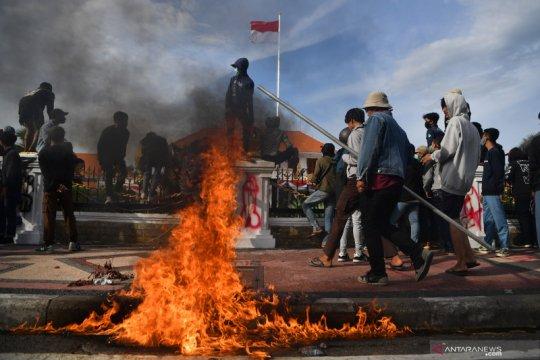 Sejumlah fasilitas publik dibakar massa saat demo di Surabaya