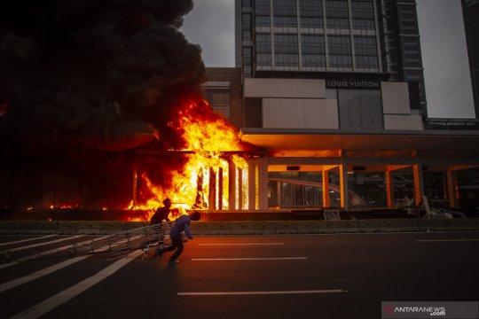 Kemarin, demo Ciptaker hingga gedung bioskop Senen dibakar massa