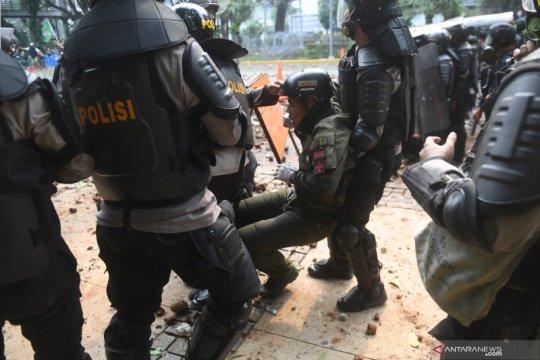 Tidak ada berita polisi terluka saat amankan demo? Ini faktanya