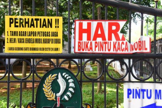 Sejumlah fasilitas umum di luar Gedung Sate rusak pasca demo