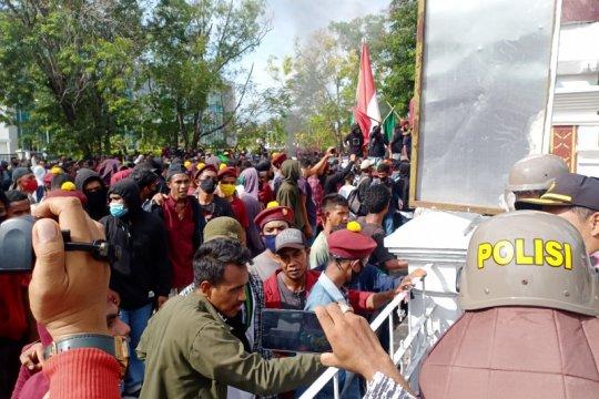 Polisi di Kupang alami luka ringan saat amankan unjuk rasa