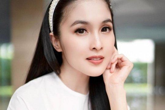 "Tips rawat kulit bagi ""working mom"" ala Sandra Dewi"