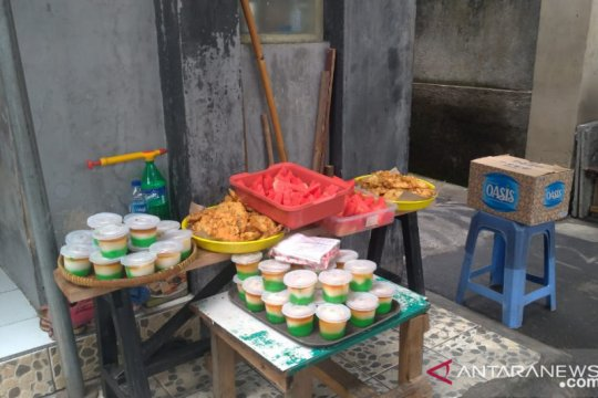"Warga Menteng Dalam bagi-bagi makanan gratis tradisi ""Jumat Berkah"""